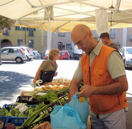 asti-italy-famers-market-fruit-stand