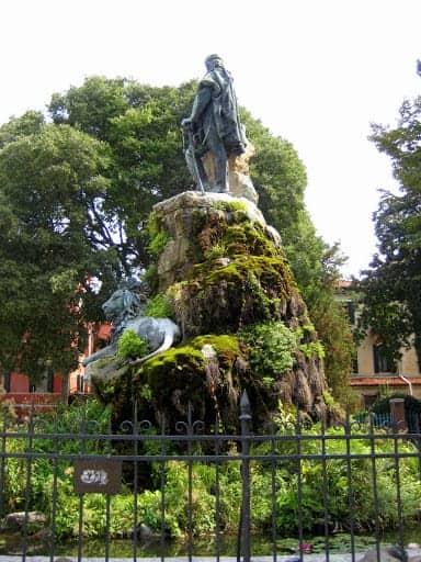 castello-gardens-statue-la-biennale