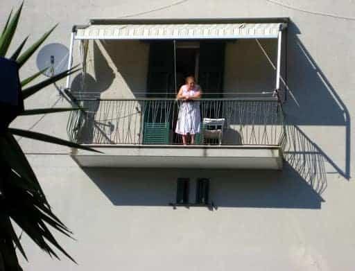 corniglia-woman-on-balcony