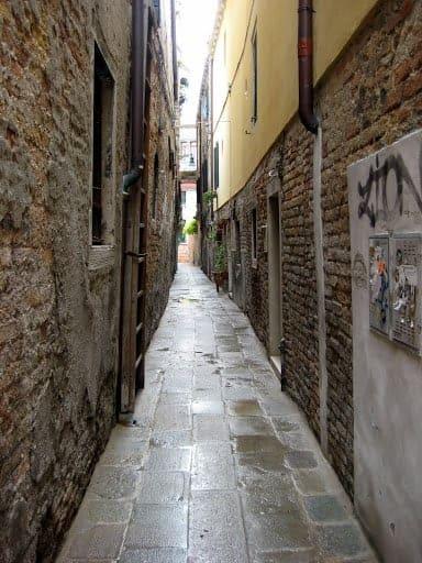 venice-narrow-walkway
