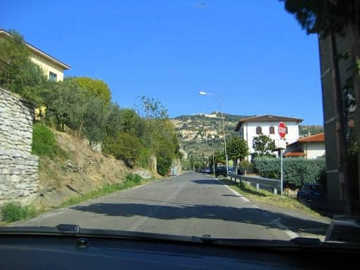 driving-in-to-cortona